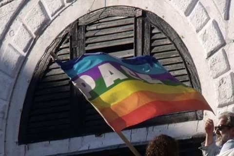 Le drapeau de la paix devant le pont du Rialto